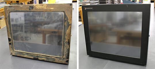 """Questo monitor da 19"""" per montaggio universale (sinistra) mostra cibo incrostato sull'enclosure durante gli anni di utilizzo ed è stato spedito in riparazione per un vetro rotto. A destra c'è lo stesso monitor dopo la sostituzione del sensore a contatto e una pulizia che l'ha reso """"come nuovo"""" per molti altri anni di utilizzo."""