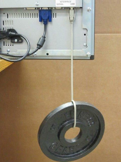L'immagine mostra la forza della nostra staffa di fissaggio per cavi USB con un peso di 2,3 chili circa